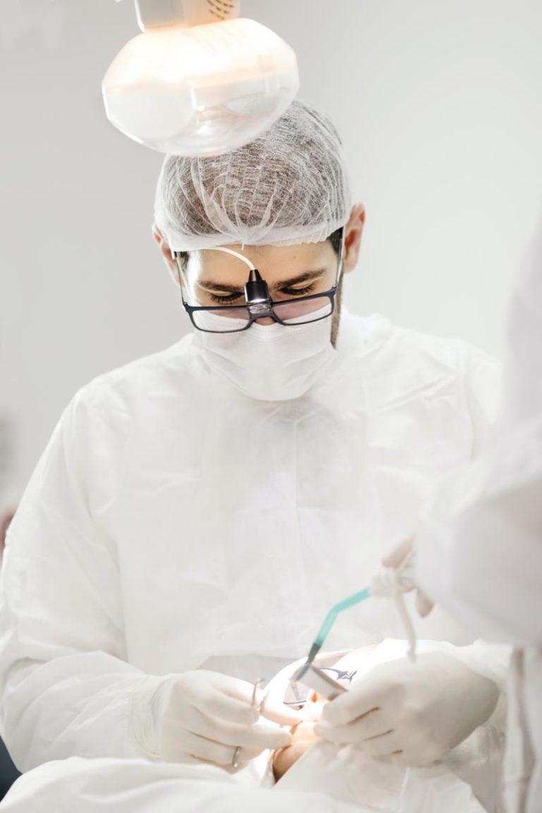 Na czym polega proces wybielania zębów u stomatologa?
